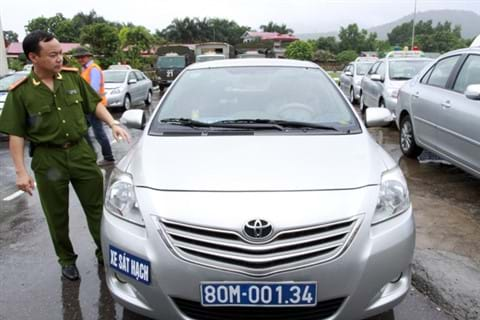 Đại tá Lê Quang Bốn kiểm tra xe trước khi tổ chức thi sát hạch